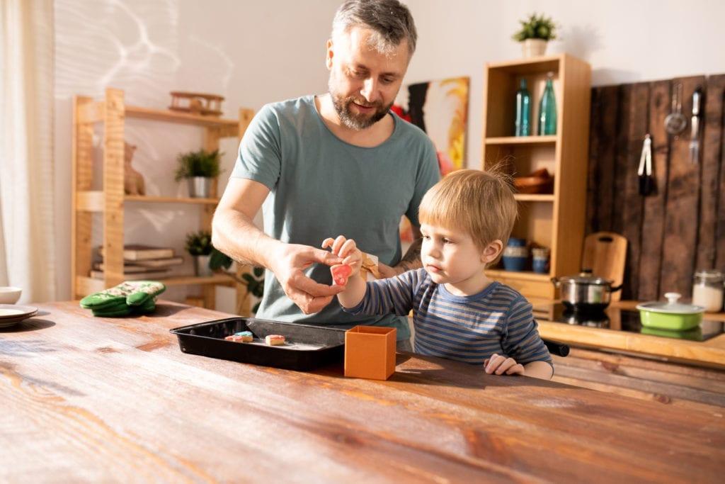 un papa et son fils entrain de faire à manger