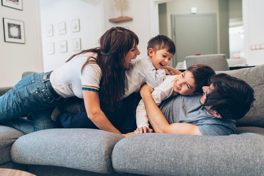 famille qui s'amuse sur un canapé