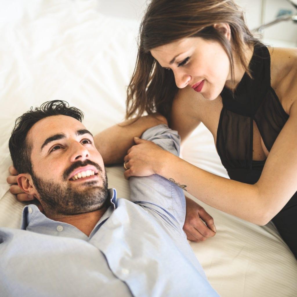couple amoureux allongé