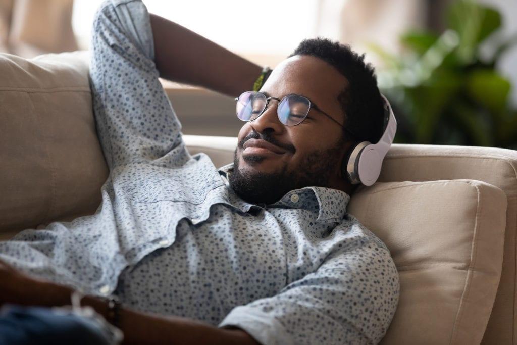 homme qui se détend en écoutant de la musique