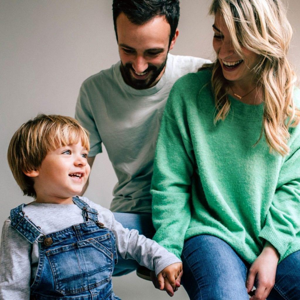 parents avec leur fils style de vie authentique