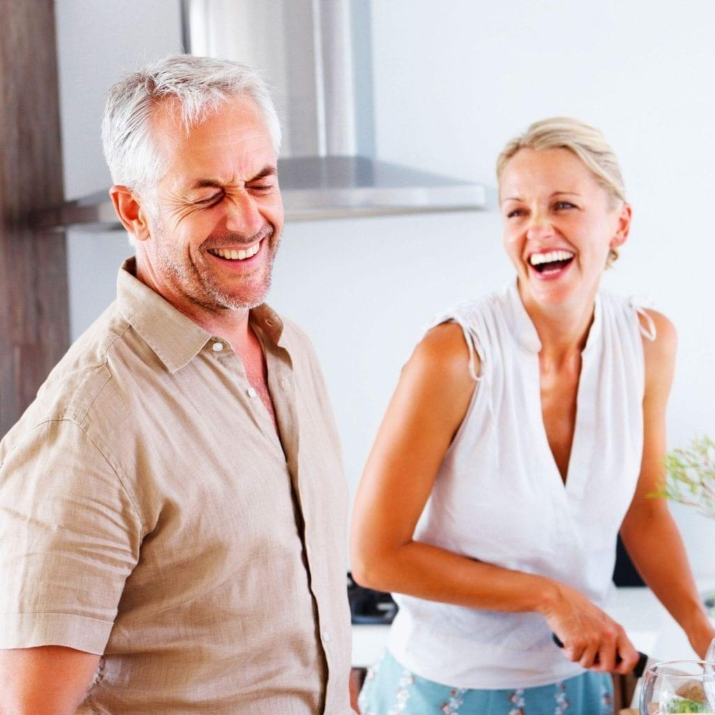 couple heureux qui cuisine cocooning