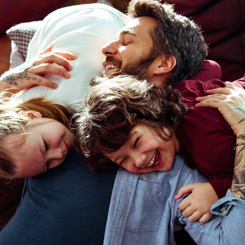 père avec ses enfants ui jouent