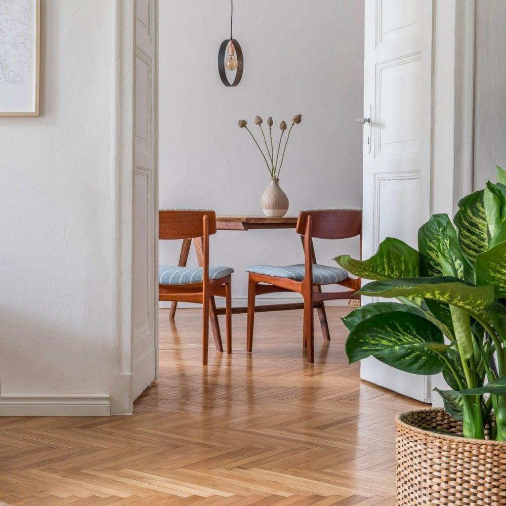 vue sur la salle à manger en bois authentique et élégant